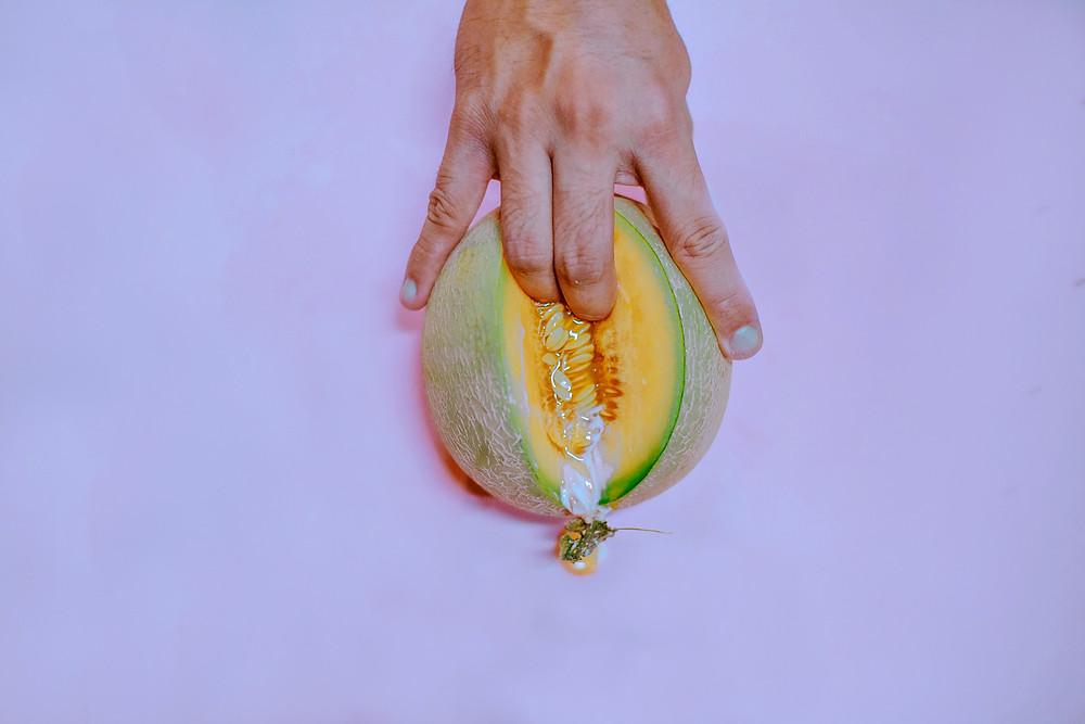 G-Punkt Stimulation und Squirten bildlich mit Hand und Melone