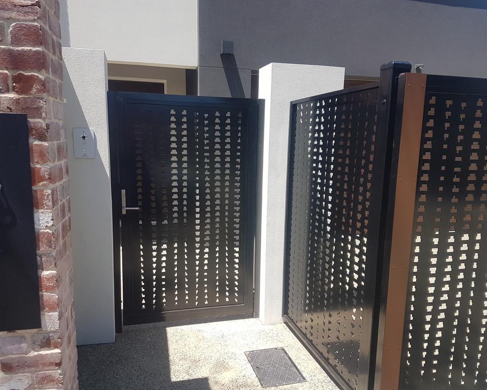 Side Gate - Black