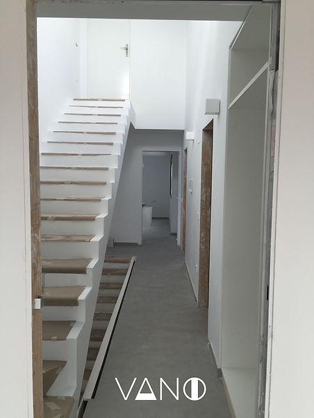 pasill y escaleras remodeladas en colors claro para mejorluz
