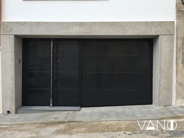 Puerta de entrada en la casa de aluminio lacado en negro