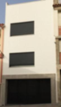 Fachada remodelda para modernizarla en colores blanco y negro