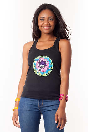 Camiseta básica negra con mandala bordado en tela africana