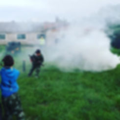 увлеательная активная игра лазертаг, дымовая шашка в помощь игрокам