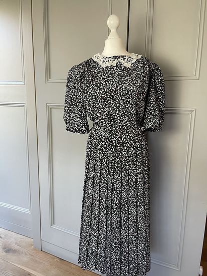 Vintage 80s floral dress with lace and fabric belt. Uk14