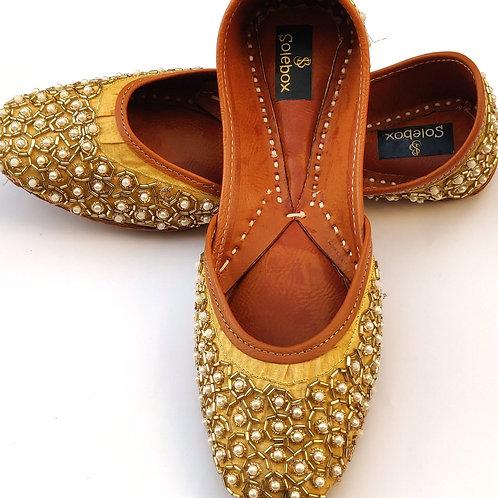 Golden pearl Juttis