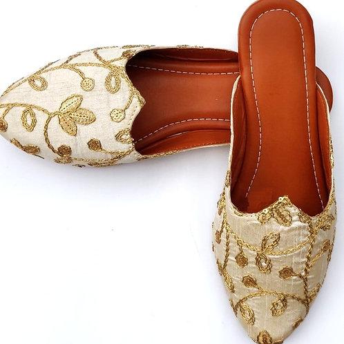 Ivory embroidered Jutti