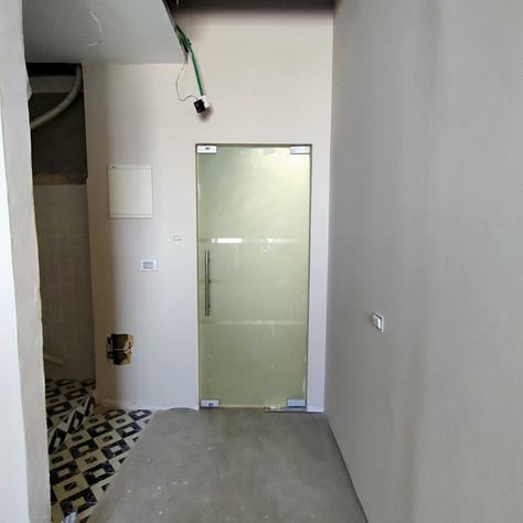 דלת המשרד לפני ההחלפה
