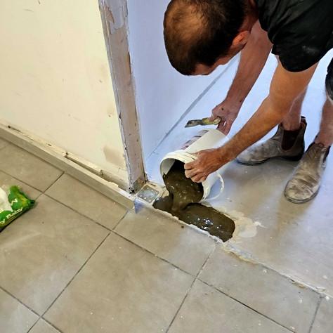 יציקת הבטון מעל לחיזוקים והחלקה