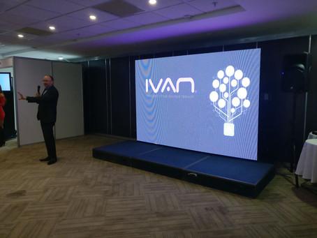 Christian Otto dando una charla acerca de asistentes virtuales inteligentes y sus aplicaciones para