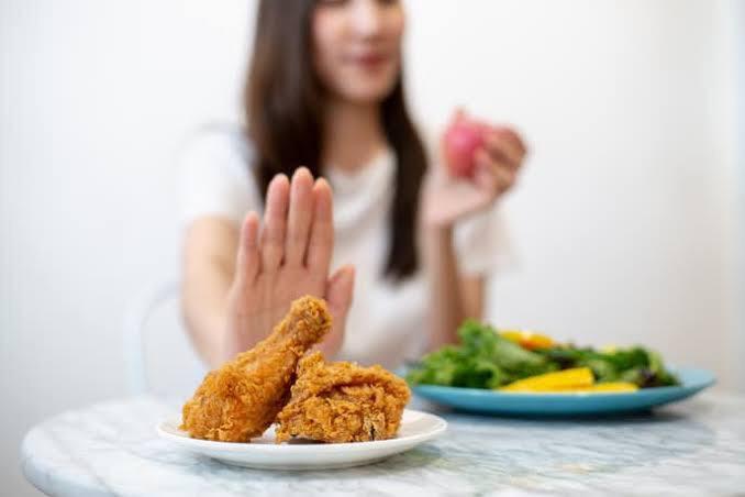 チキンを拒む女性