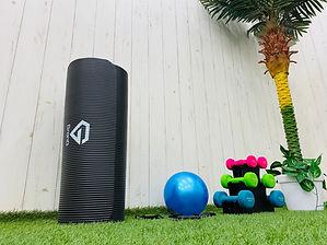 白い壁とトレーニング器具