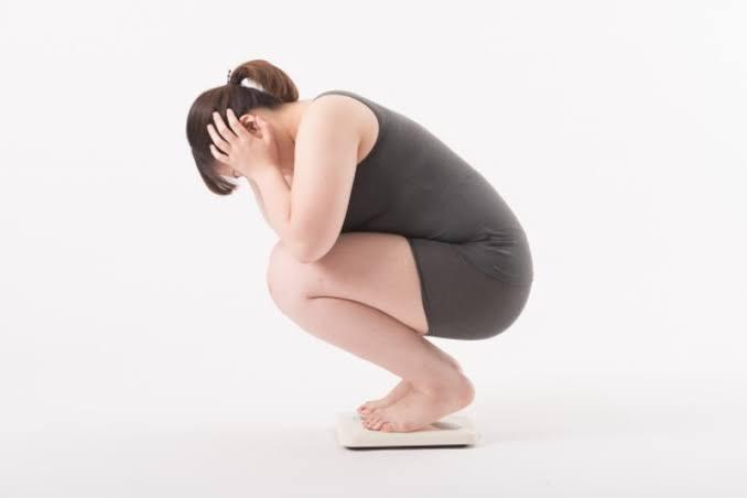 体重で落ち揉む女性