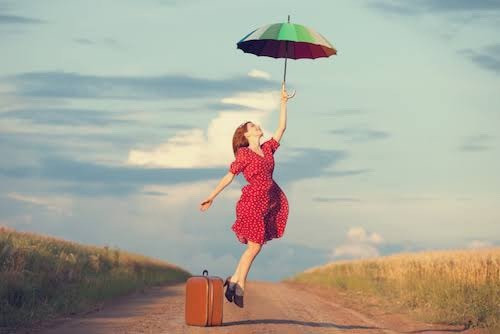 傘と赤いワンピースの女性