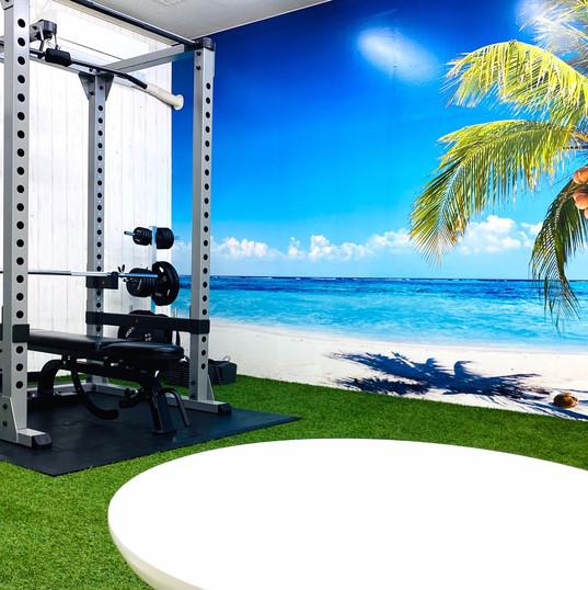 芝生とビーチのトレーニングルーム
