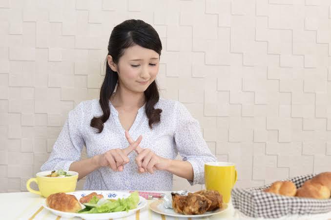 食事を断る女性