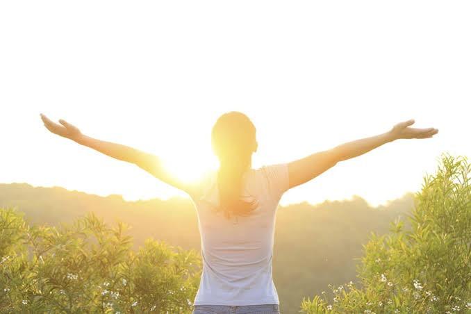 陽を浴びる女性