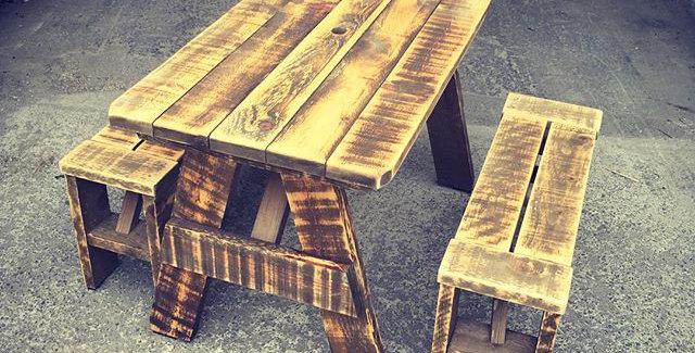 Ensemble de table de patio & bancs en bois