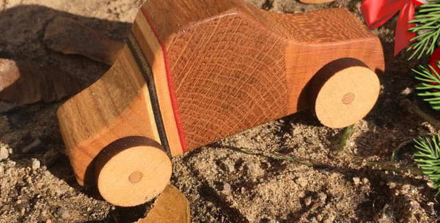 Petite voiture en bois & skateboard recyclé
