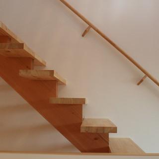 無垢材のストリップ階段