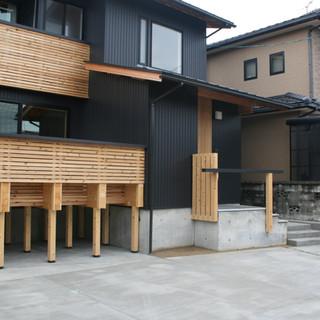 ガルバニュウム鋼板の屋根と外壁 黒に統一しました! 木の手摺やウッドデッキがアクセントになってます。