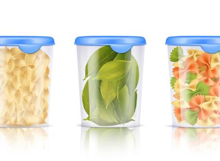 ¿Por qué no debería reutilizar los envases de plástico para almacenar alimentos?