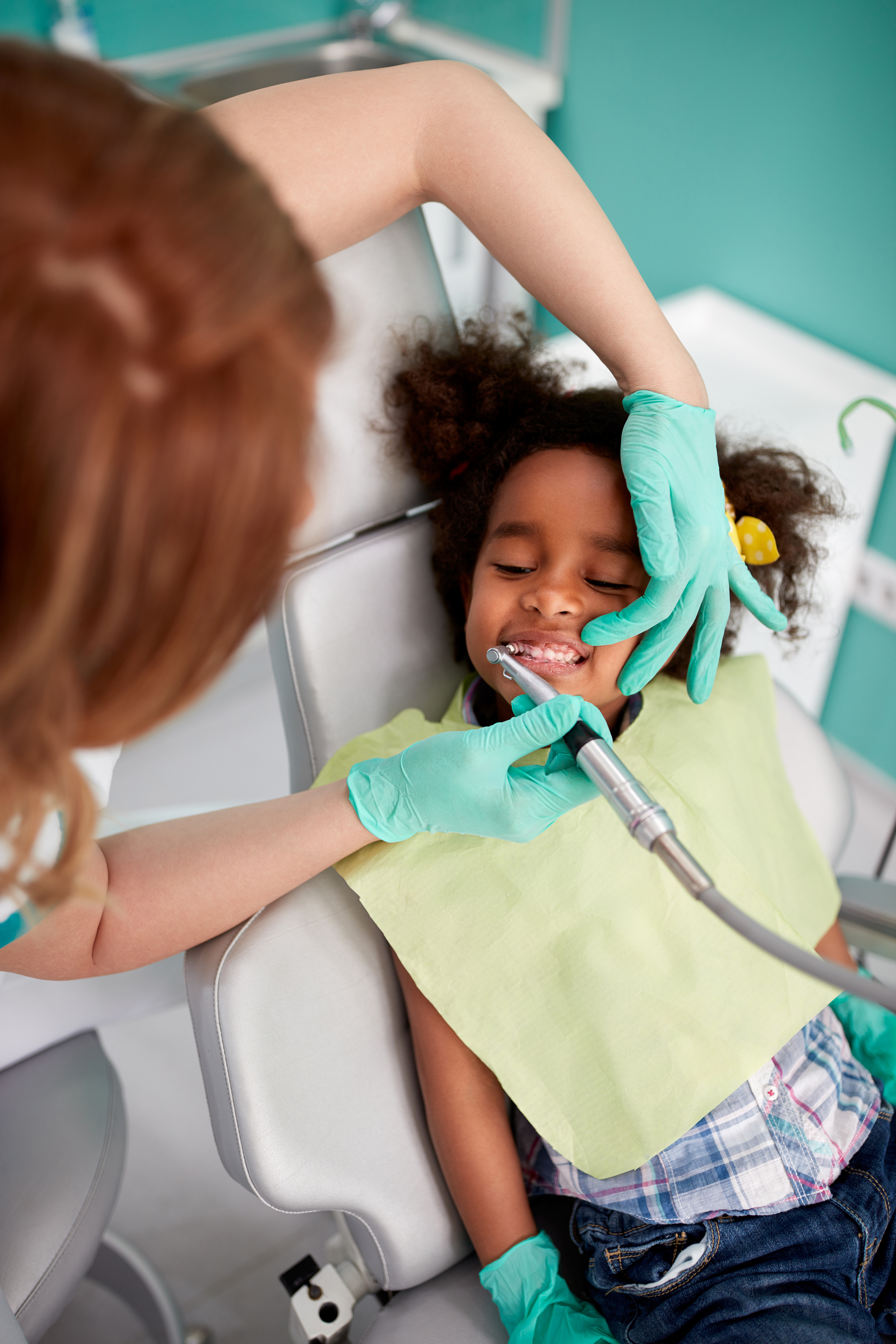 _Dental polish teeth to young patient in