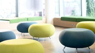 Stühle schwarz und gelb