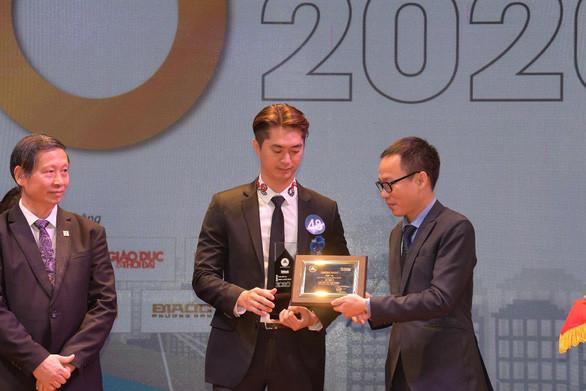 Ông Phạm Danh - Phó Tổng Giám đốc Tập đoàn Vạn Phúc nhận giải thưởng Top 10 khu đô thị đáng sống nhất năm 2020