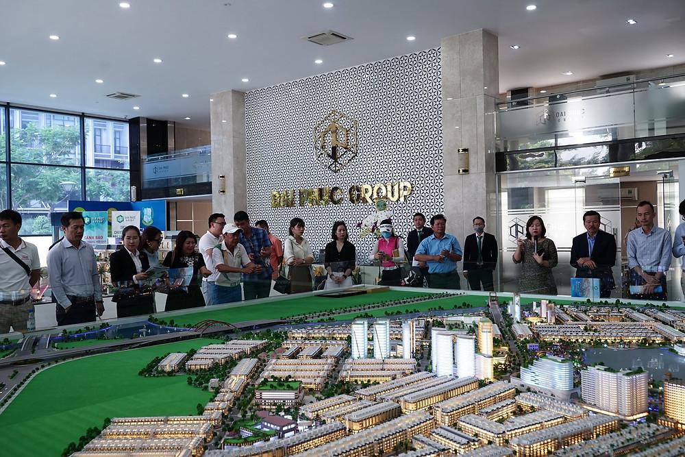 Khách hàng tham quan sa bàn Vạn phúc City