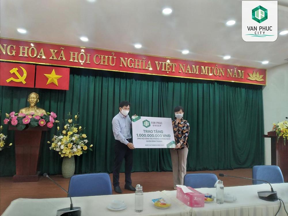 Đại diện Van Phuc Group trao bảng ủng hộ 1 tỷ đồng cho lãnh đạo Quận Bình Thạnh, TP.HCM