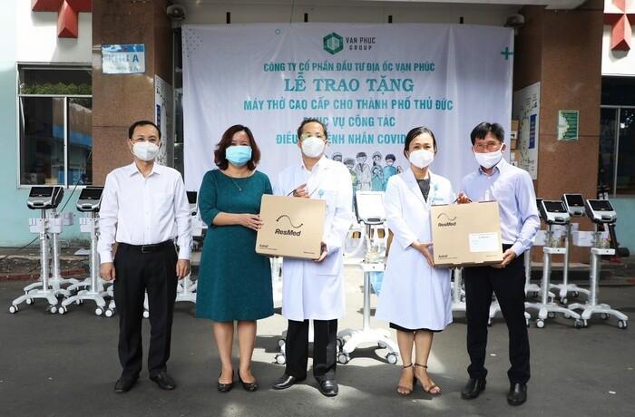 Đại diện Van Phuc Group trao tặng 26 máy thở cho Bệnh viện TP. Thủ Đức và Bệnh viện Lê Văn Thịnh.
