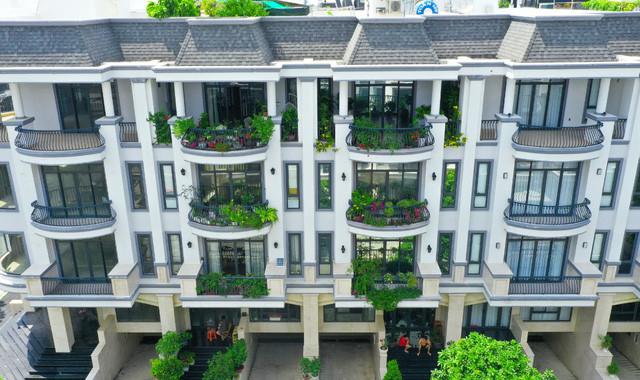 Kiến trúc sang trọng tinh tế với ban công lớn tạo điểm nhấn - Khu đô thị Vạn Phúc