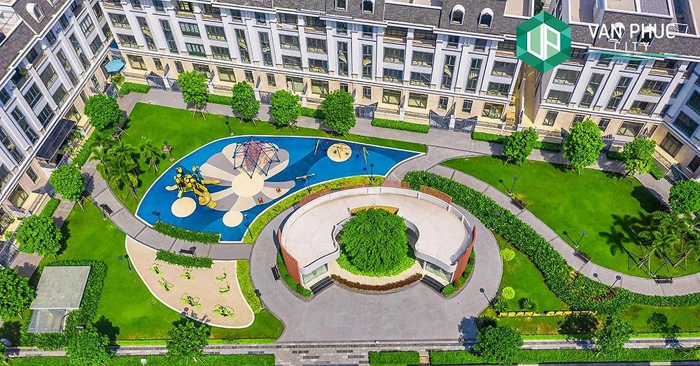 Là một trong những mục tiêu trọng điểm của Khu đô thị Vạn Phúc, do đó việc tập trung xây dựng và hoàn thiện các tiện ích luôn được Tập đoàn đặt ưu tiên lên hàng đầu. Công viên Pearl Garden thuộc hệ thống 15 công viên nội khu, được đầu tư với các hạng mục: công viên cây xanh, clubhouse, khu vui chơi trẻ em ngoài trời, khu thể dục. Đây là điểm nhấn ấn tượng, là không gian giao thoa, cân bằng giữa kiến trúc hiện đại của những căn nhà phố và thiên nhiên rộng lớn.