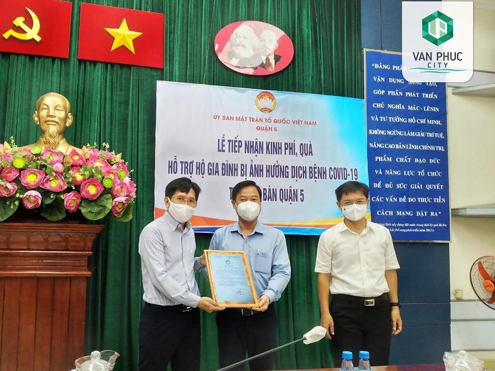 Đại diện Van Phuc Group trao biểu trưng 1 tỷ đồng cho lãnh đạo Quận 5, TP.HCM