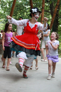 Bibi che corre con i bambini