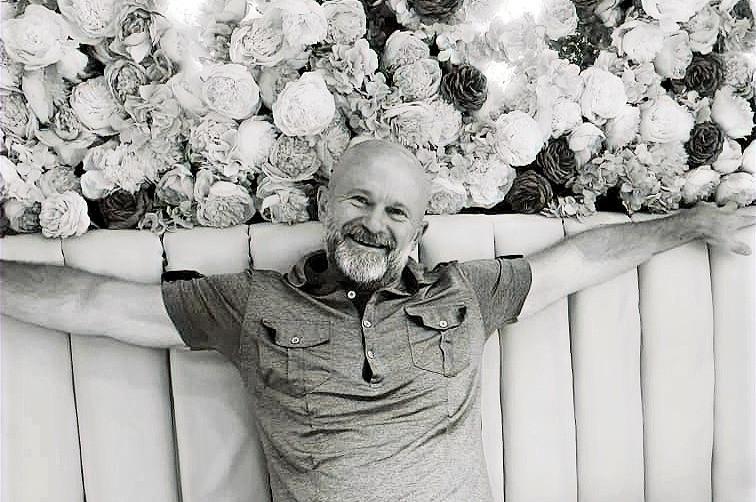 life coach Eddy Smits on coach flower background