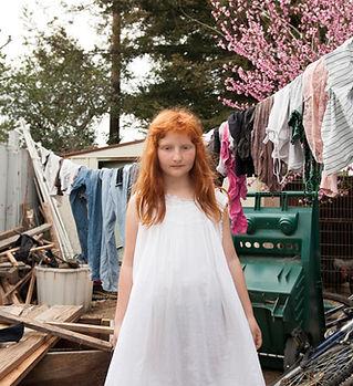 ילדה בחצר עם חפצים