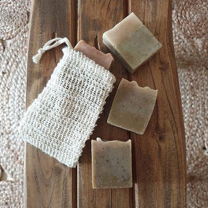 סבון חלב שקדים ומורינגה ושק בד כותנה לאחסון הסבון וקרצוף הגוף