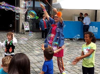 Seifenblasen verzaubern Kinder!