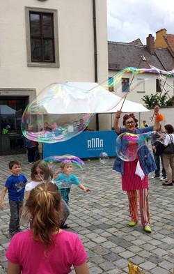 Riesenseifenblasen machen froh!! :)