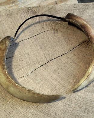 Gruliette création artisanle d'ornements de costume : tour de cou défense de sanglier pagan