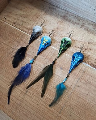 Gruliette création artisanle d'ornements de costume : boucles d'oreille pagan corbeau