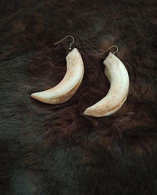 Gruliette création artisanle d'ornements de costume : boucles d'oreilles sanglier défenses pagan