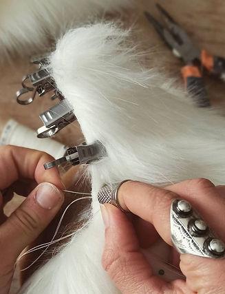 Etape de Fabrication Gruliette. Couture d'une fausse fourrure pour une coiffe loup