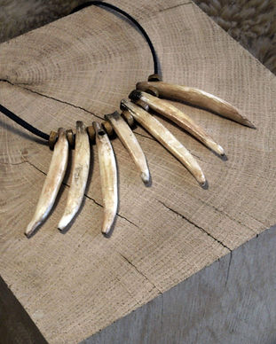 Gruliette création artisanle d'ornements de costume : collier incisive de sanglier