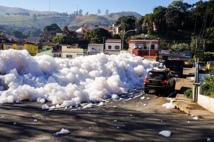 Espuma gerada pela poluição do rio Tietê invade pista na cidade de Pirapora do Bom Jesus, na região metropolitana de São Paulo? Foto: Rafael Pacheco (22/06/2015)