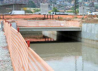 Rios canalizados escondem problema da falta de saneamento em São Paulo