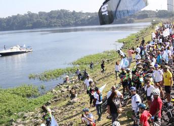 Abraço Guarapiranga reúne milhares de pessoas em três pontos da represa