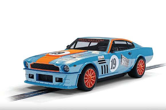 SCALEXTRIC-C4209 Future Release Aston Martin V8 #19 Gulf Edition