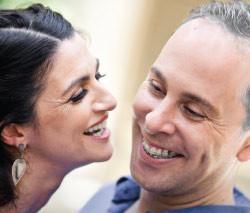 Casal de meia idade com aparelho dental